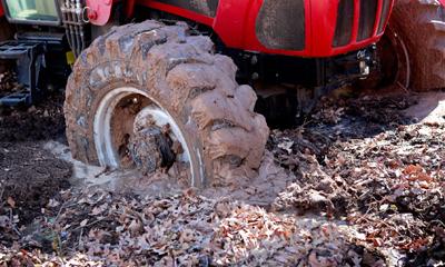 Patinage pneu tracteur en foret