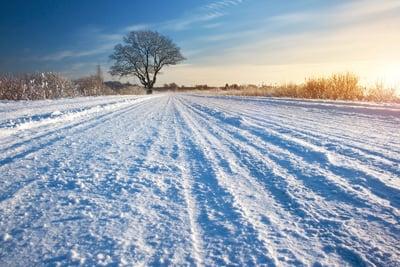 route enneigée patinage du tracteur